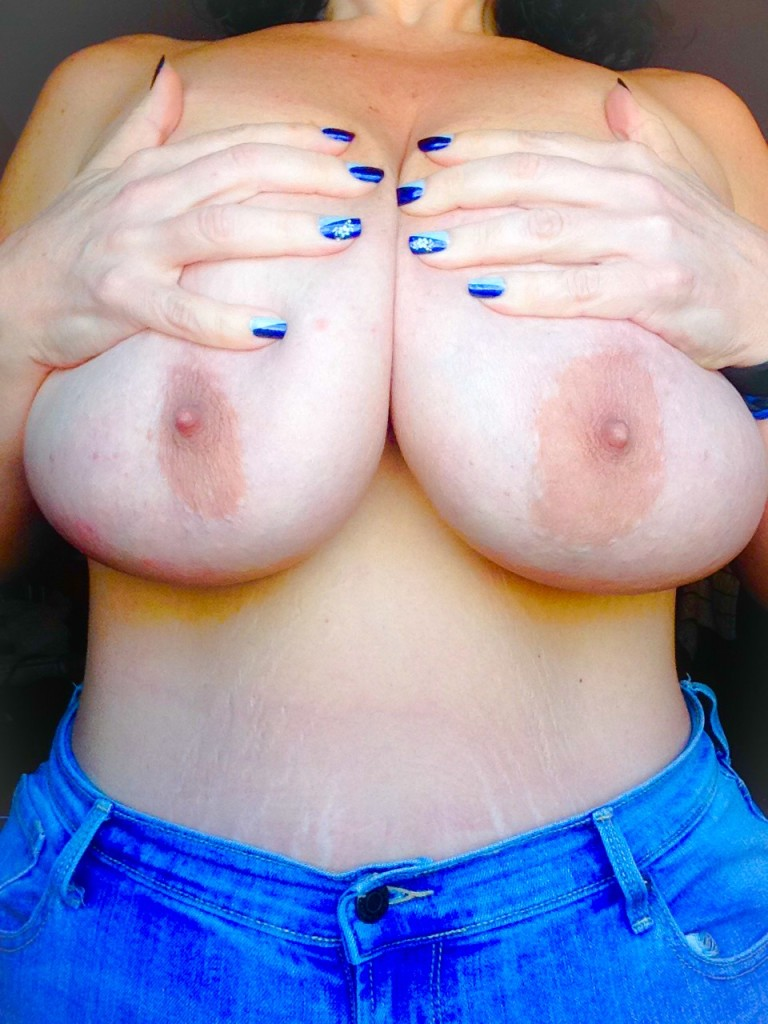 I love love love how Sandy's nails match her blue jeans.  Tits are kinda awesome too.